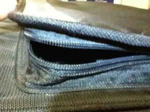 Παράδειγμα χαλασμένου φερμούαρ σχολικής τσάντας